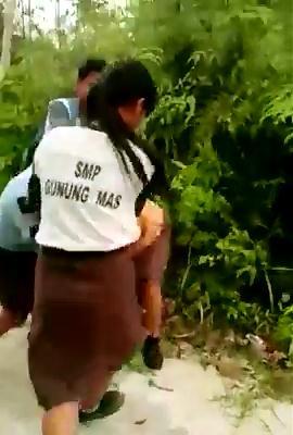 Siswi SMP Gumas Duel Rebutan Pacar