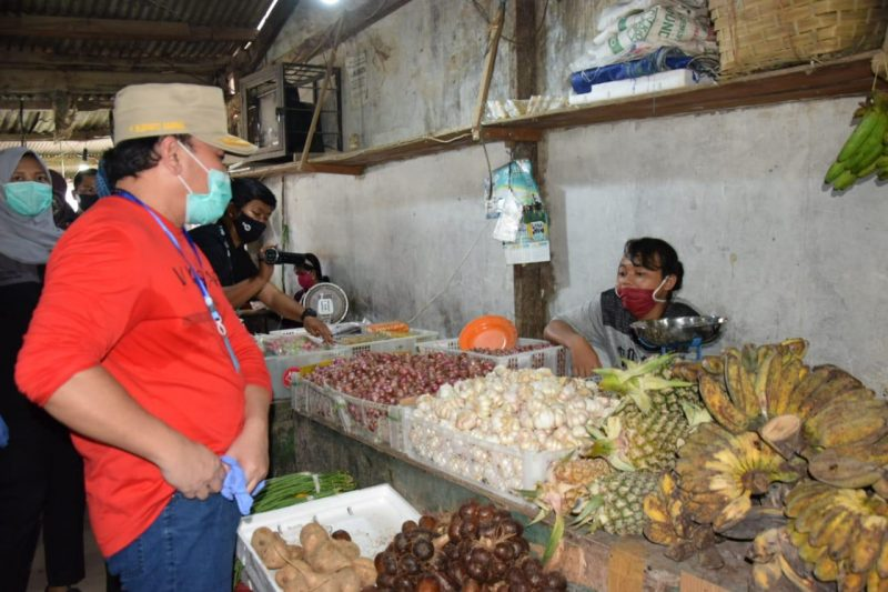 Imbau Warga Terapkan Protokol Kesehatan, Gubernur Sugianto Blusukan ke Pasar