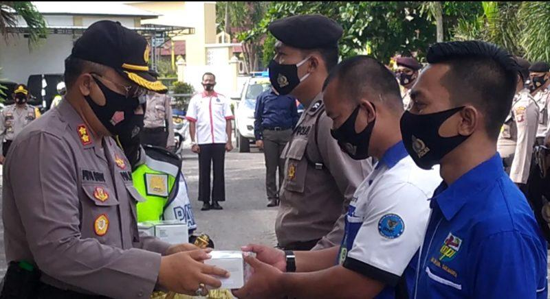 Adaptasi New Normal, Polres Sukamara Bagikan Masker untuk Pengguna Jalan