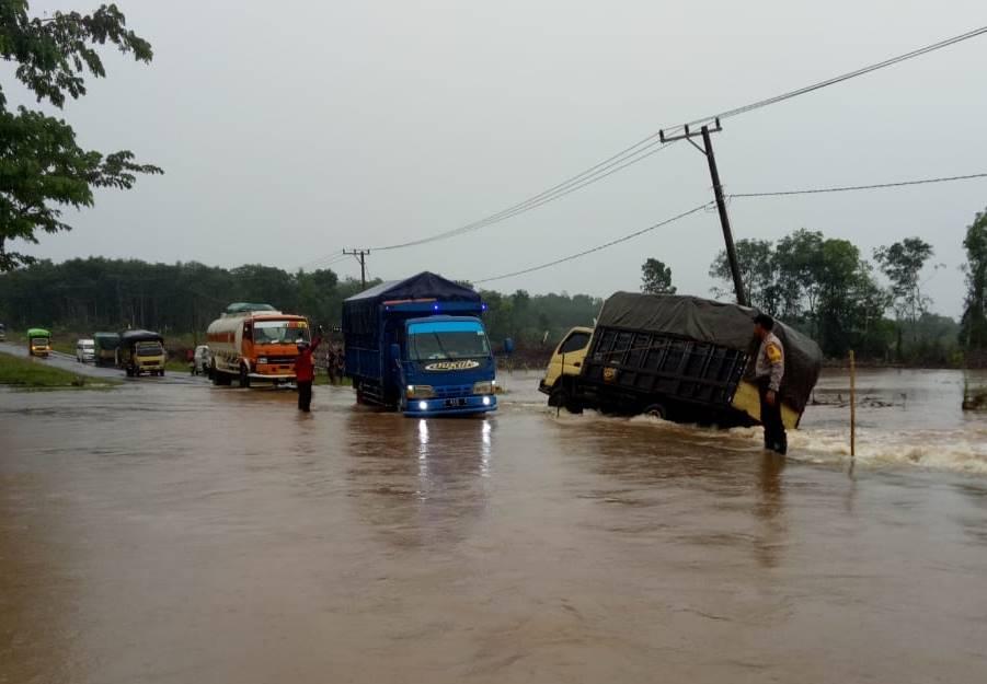 Cegah Lakalantas, Kapolsek Hanau Turun ke Jalan Banjir Atur Lalu Lintas