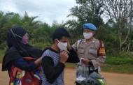 Kampanyekan Prokes, Polsek Danau Sembuluh Bagikan Masker untuk Pengendara