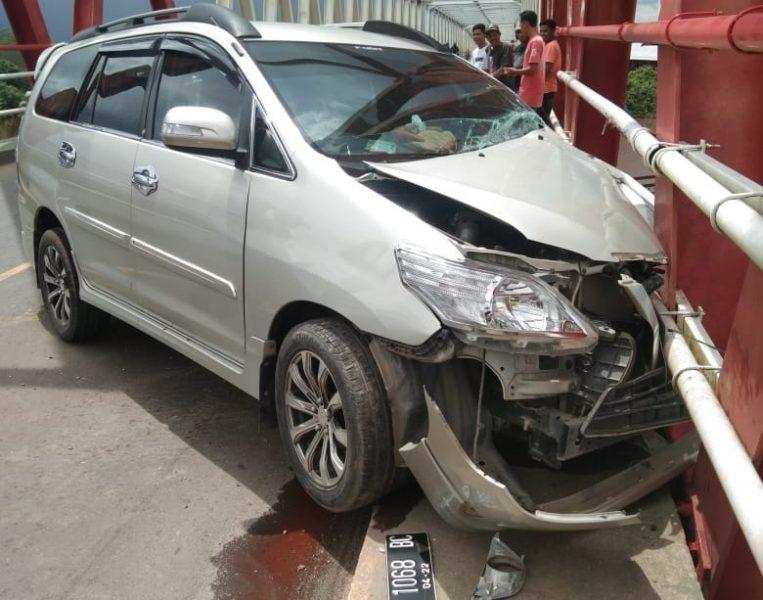 Kecelakaan Tunggal,  Toyota Innova Hantam Tiang Jembatan Maluen