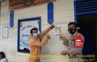 Cegah Covid-19, Bhabinkamtibmas Desa Juking Pajang Pasang Stiker Imbauan Prokes