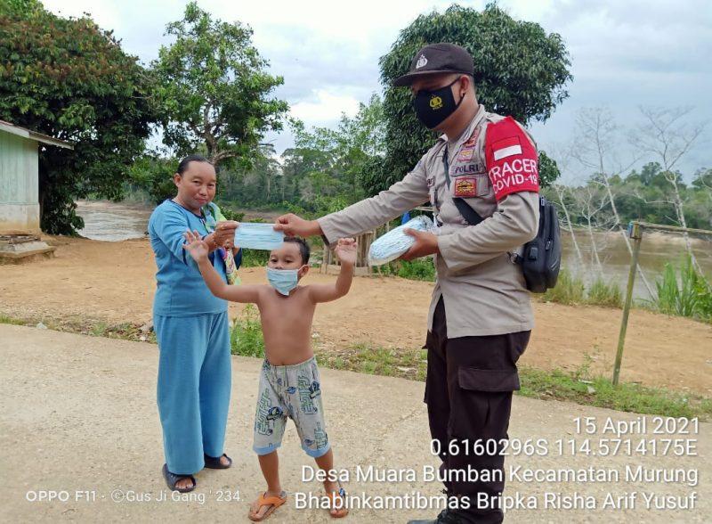 Bagikan Masker, Bhabinkamtibmas Desa Muara Bumban Dorong Warga Disiplin Terapkan Prokes