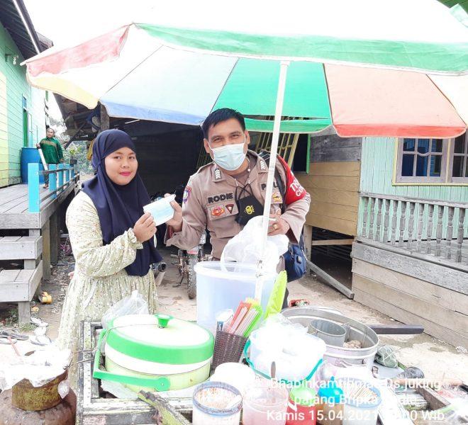 Bhabinkamtibmas di Desa Juking Pajang Bagikan Masker kepada Warga Binaannya