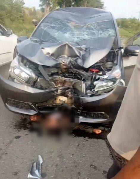 Lakalantas di Kalampangan, Pengendara Motor Terjepit di Bawah Mobil