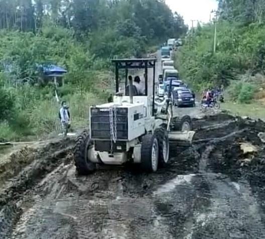 PT HPL Turunkan Alat Berat untuk Perbaiki Jalan Rusak