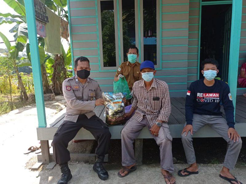 Salurkan Bantuan Sembako kepada Warga yang Isolasi Mandiri