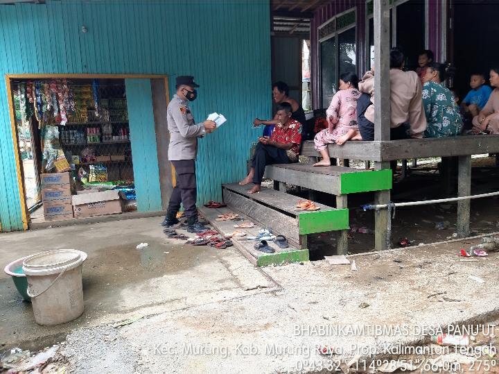 Warga Berkumpul, Bhabinkamtibmas Desa Panu'ut Bagikan Masker