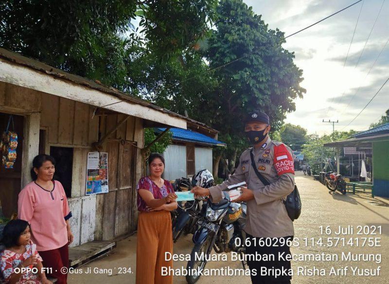Bripka Risha Arif Yusuf Bagikan Masker kepada Ibu-ibu