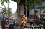 Aipda Rodie Bagi-bagi Masker di Desa Binaannya