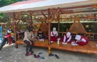 Bripka Rati Dwi Jayati Pantau Murid MIN 1 Murung Kerjakan Tugas Sekolah